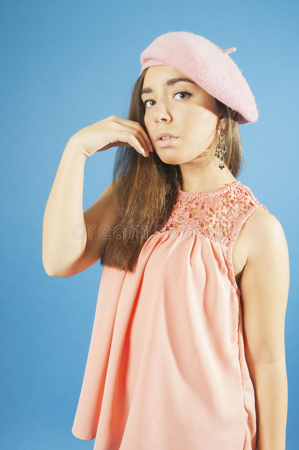 Stående av en ung flicka i blus och basker royaltyfria bilder