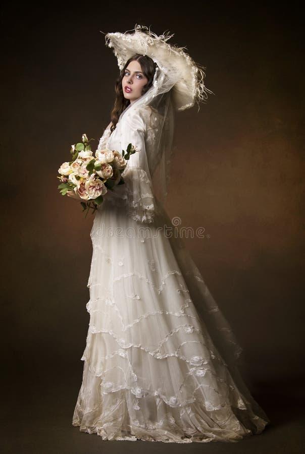 Stående av en ung flicka i en vit hatt arkivfoton