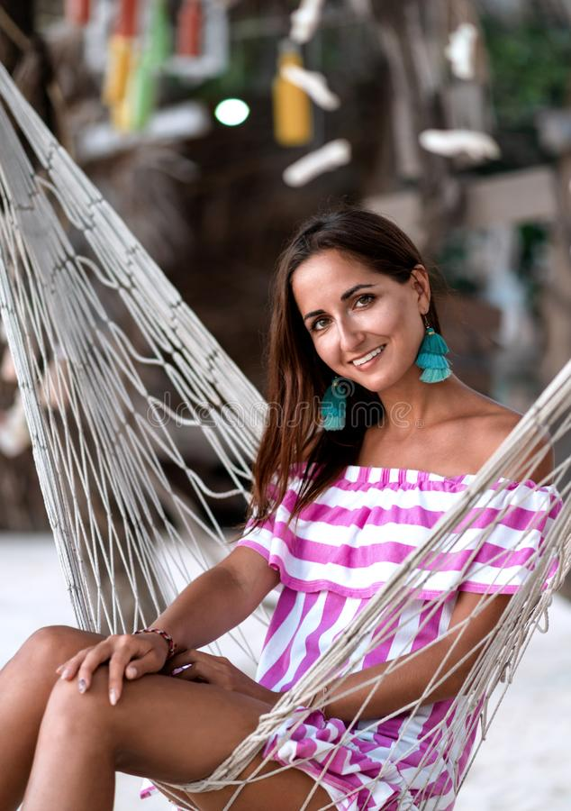 Stående av en ung flicka i en hängmattanärbild royaltyfria foton