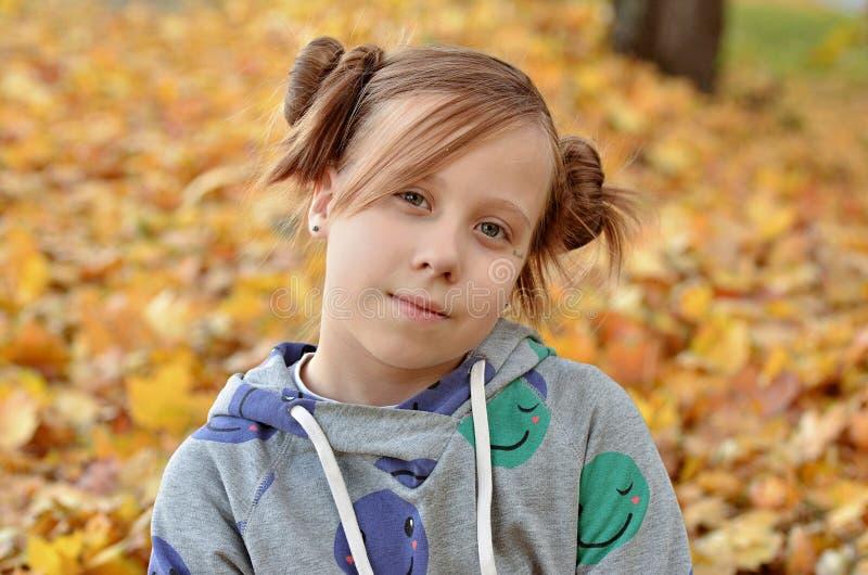 Stående av en ung flicka i höstsäsongen arkivfoto