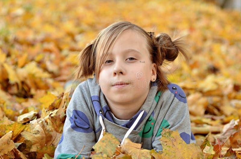 Stående av en ung flicka i höstsäsongen royaltyfria bilder