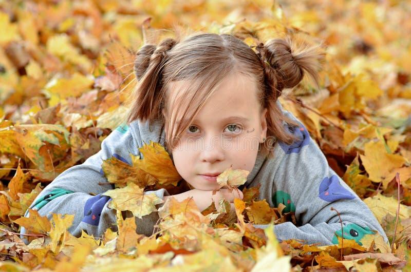 Stående av en ung flicka i höstsäsongen arkivbild