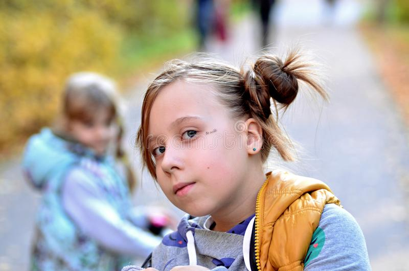 Stående av en ung flicka i höstsäsongen royaltyfri bild