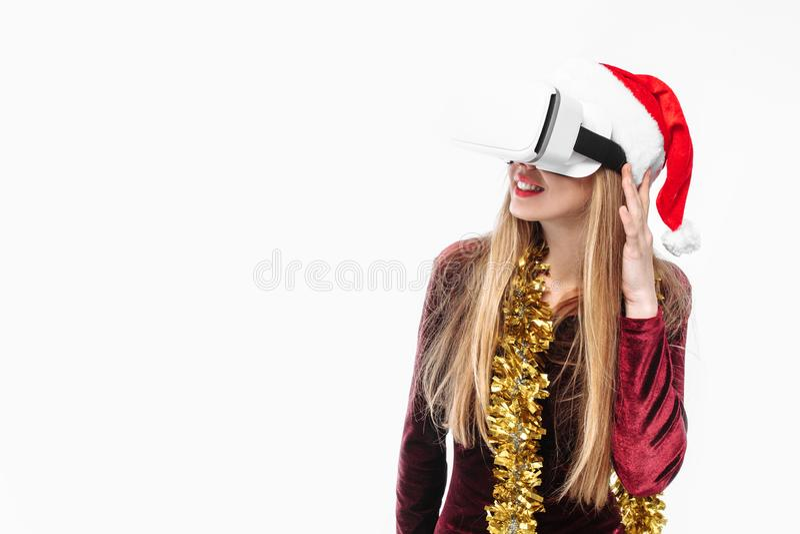 Stående av en ung flicka i en Santa Claus hatt med exponeringsglas, G 3D royaltyfri fotografi