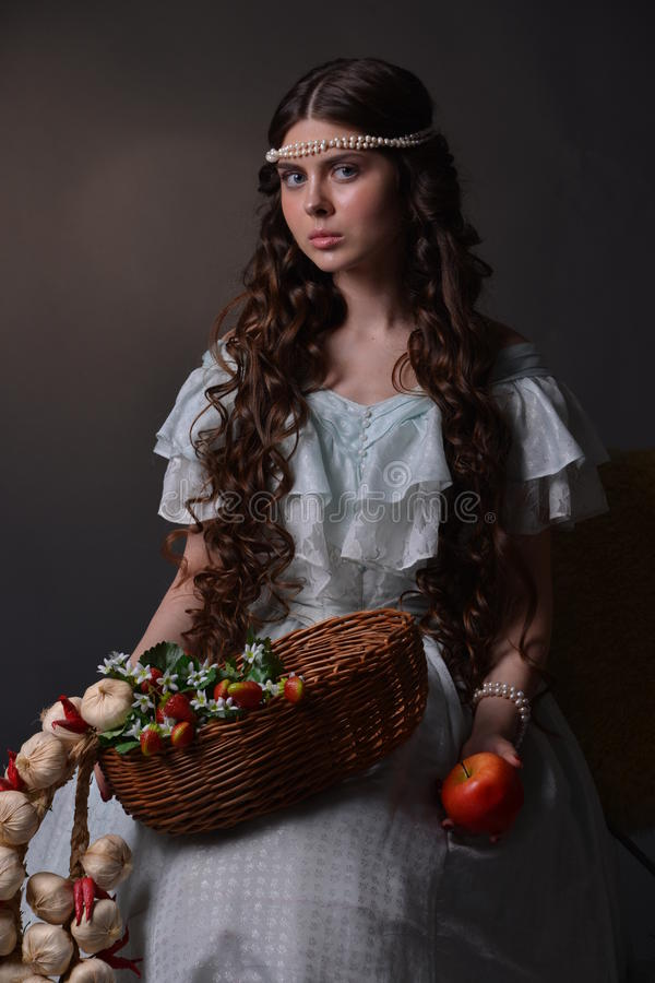 Stående av en ung flicka med frukt royaltyfri foto