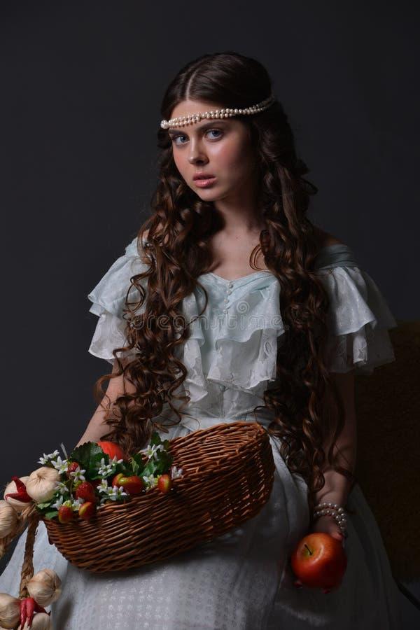 Stående av en ung flicka med frukt fotografering för bildbyråer