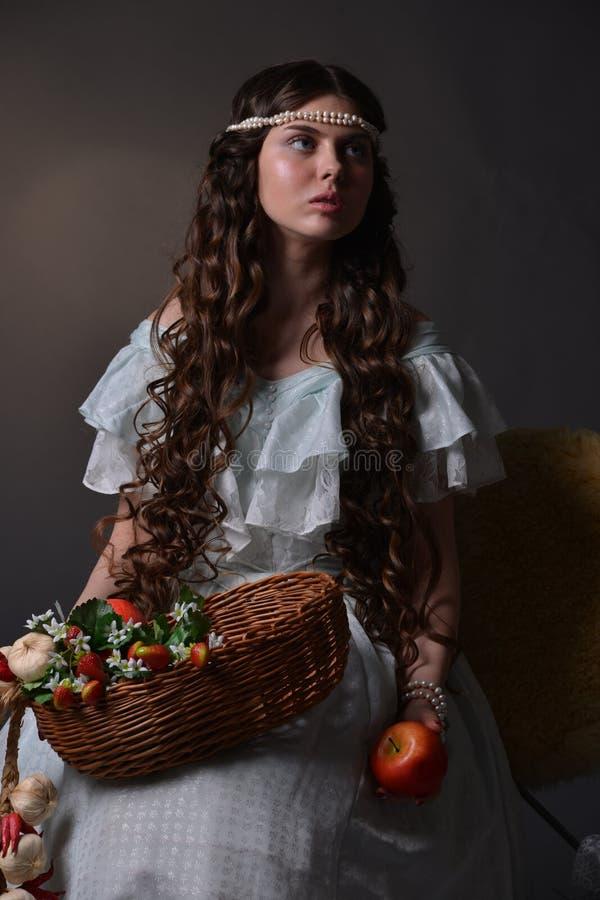 Stående av en ung flicka med frukt arkivbild