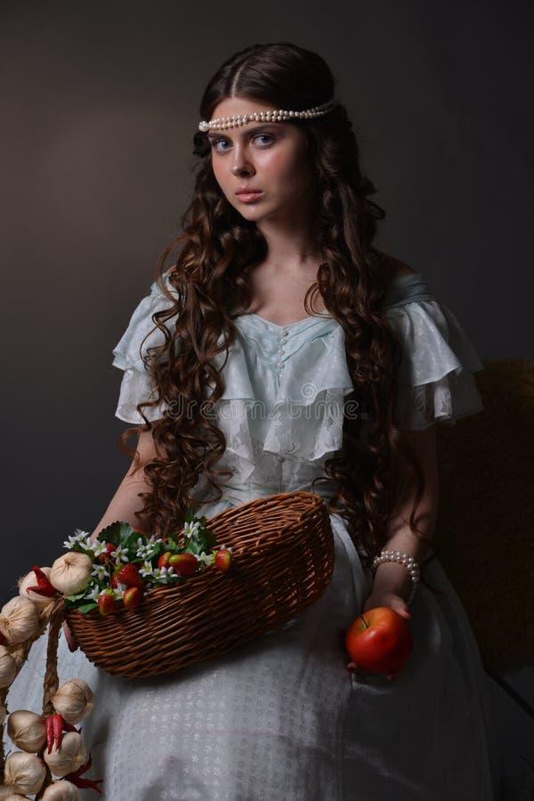 Stående av en ung flicka med frukt royaltyfri fotografi