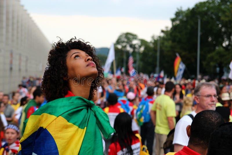 Stående av en ung flicka som döljas i flaggan av Brasilien eps-mappen grupperas varje beståndsdel separat arkivbilder