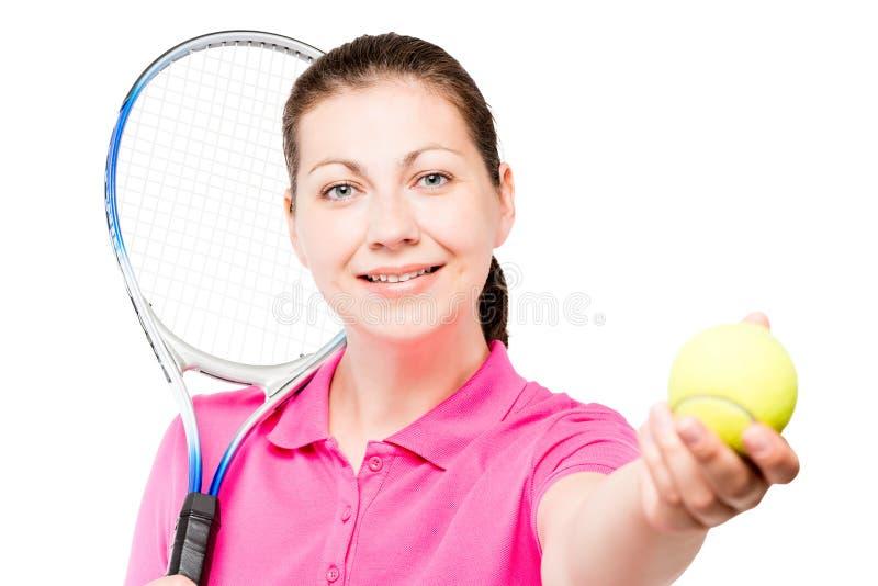 Stående av en ung flicka som spelar tennis på en vit bakgrund arkivbilder