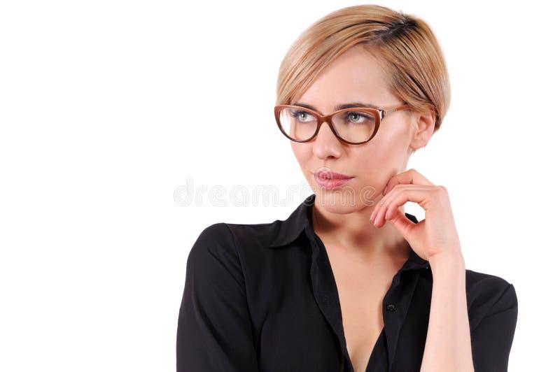 Stående av en ung härlig blond kvinna som bär moderiktiga exponeringsglas arkivbilder
