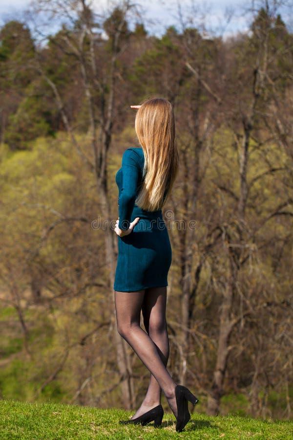 Stående av en ung härlig flicka i turkosklänning fotografering för bildbyråer