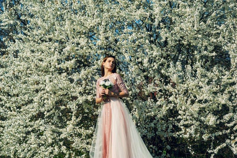 Stående av en ung härlig trendig kvinna i en klänning arkivbild
