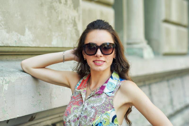 Stående av en ung härlig trendig kvinna på gatorna av staden fotografering för bildbyråer