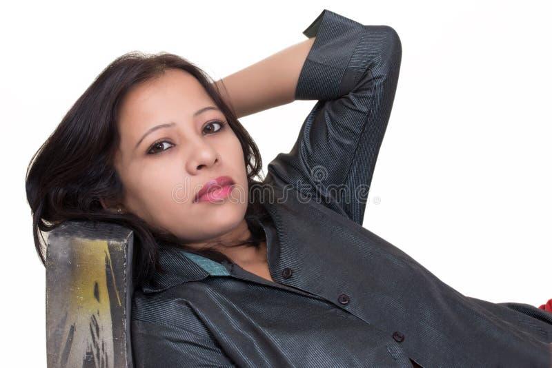 Stående av en ung indisk flicka med öppet inre skjortaavslöjande royaltyfri fotografi