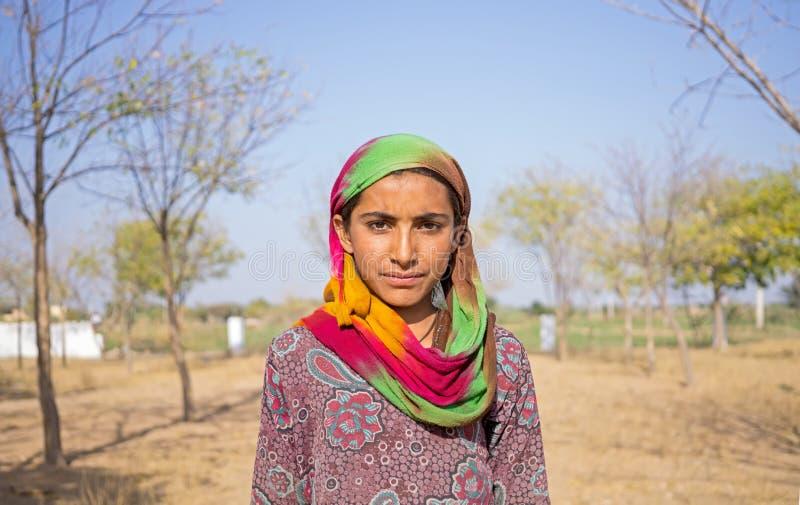 Stående av en ung indisk flicka med sjaletten royaltyfri fotografi
