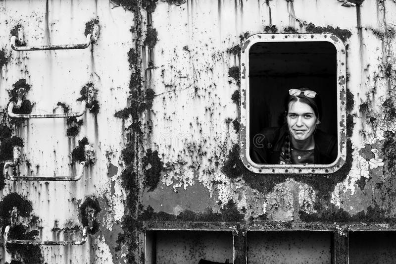 Stående av en ung kvinna i den industriella stilen fotografering för bildbyråer