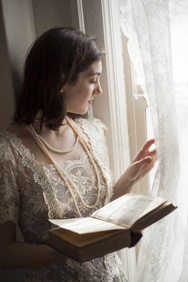 Ung kvinna i vitbröllopsklänning royaltyfri bild