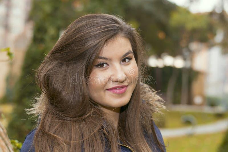 Stående av en ung kvinna i ett omslag med päls royaltyfria foton