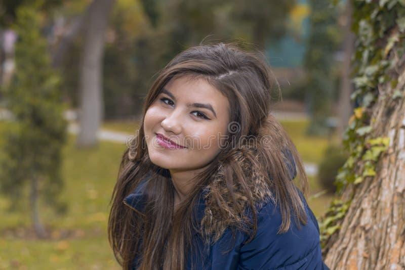 Stående av en ung kvinna i ett omslag med päls arkivbilder