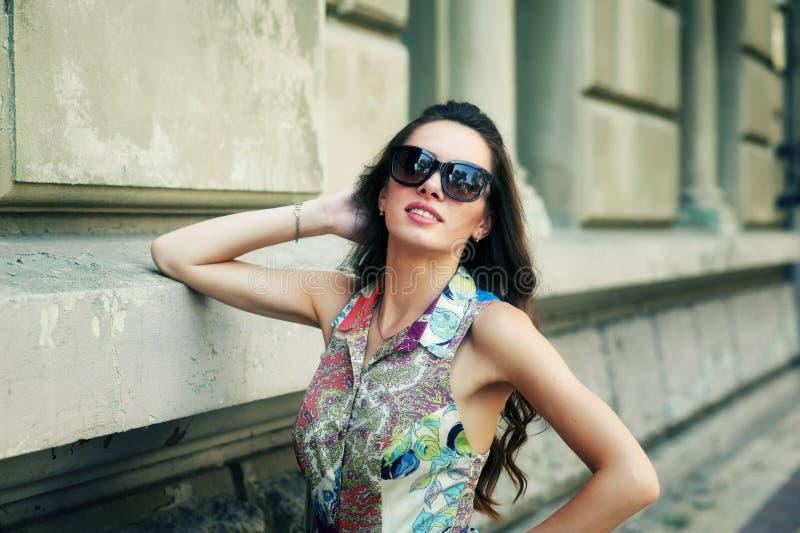 Stående av en ung kvinna i sommaren på gatorna royaltyfri foto