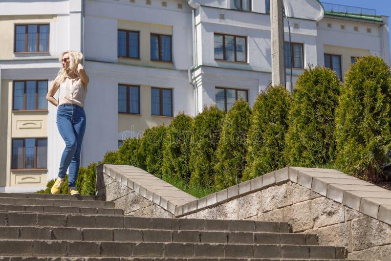 Stående av en ung kvinna i staden royaltyfria foton