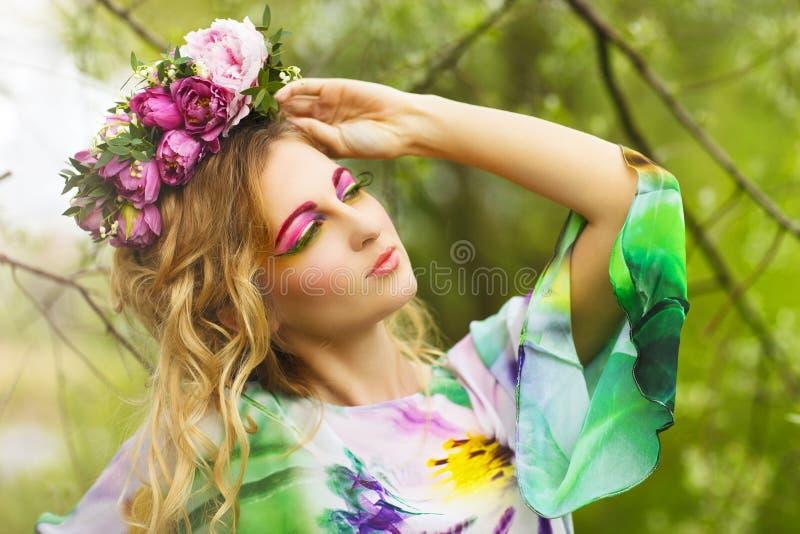 Stående av en ung kvinna med blommakronan royaltyfri fotografi