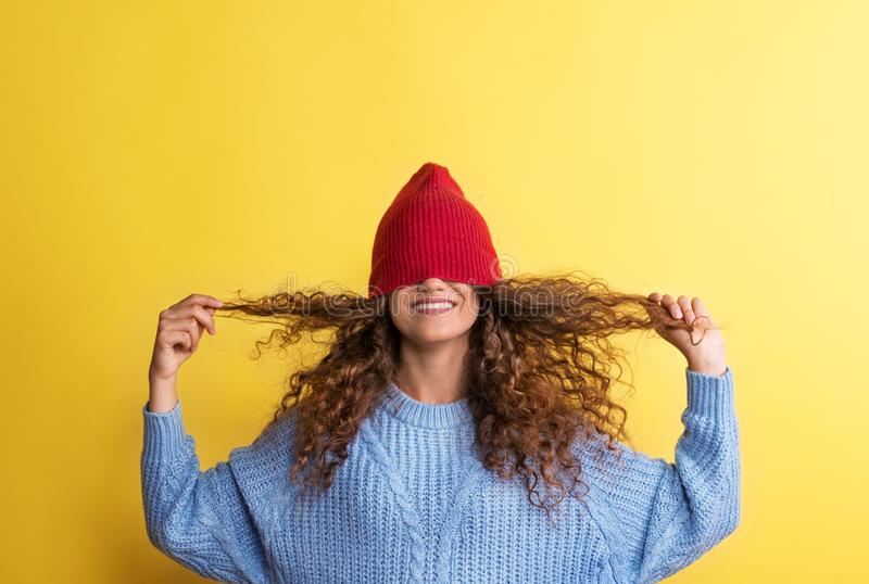 Stående av en ung kvinna med den woolen hatten på hennes ögon i en studio arkivfoto