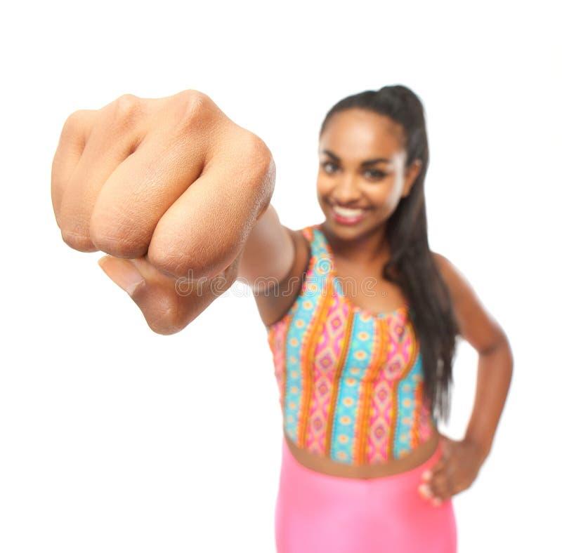 Stående av en ung kvinna med en kraftig stansmaskin arkivbild