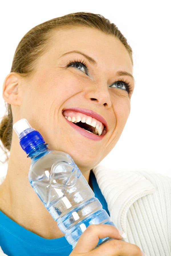 Stående av en ung kvinna med en flaska av vatten arkivbild