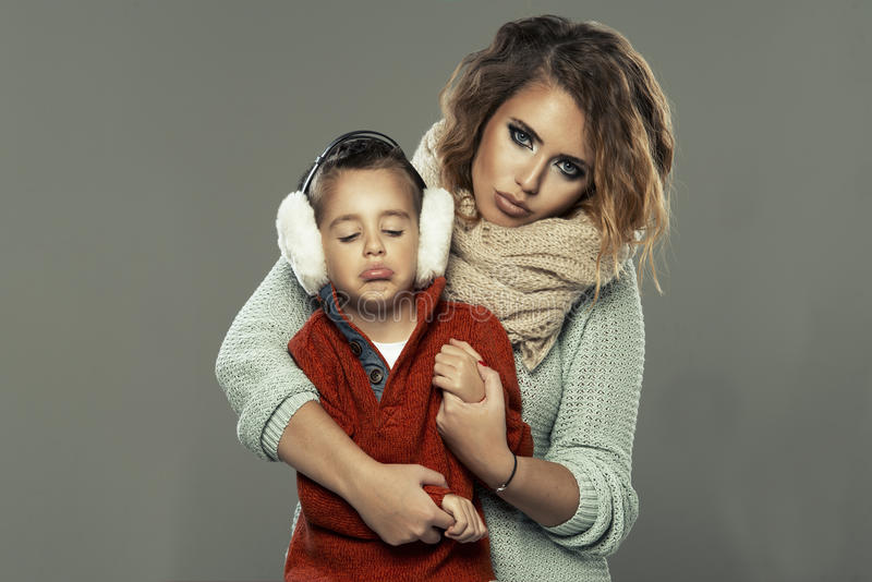 Stående av en ung kvinna med hennes son arkivfoto