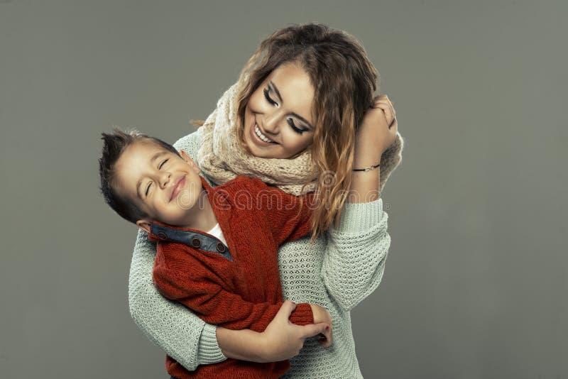 Stående av en ung kvinna med hennes son arkivbild