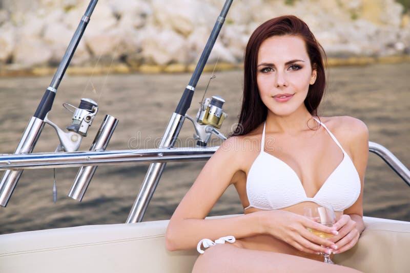 Stående av en ung kvinna på en yacht royaltyfri fotografi