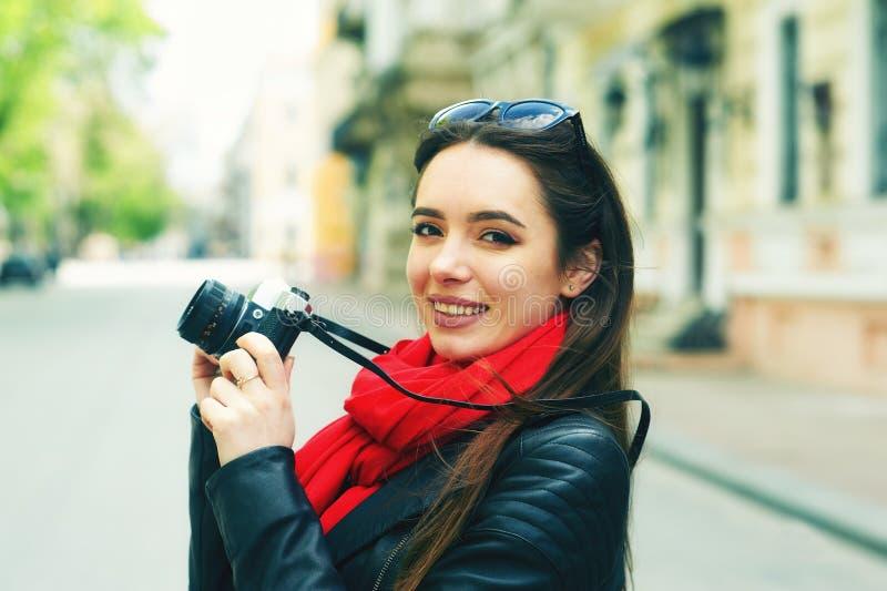 Stående av en ung kvinna på en gå till och med gatorna av staden royaltyfria foton