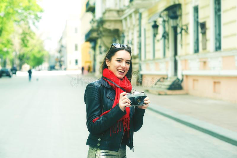 Stående av en ung kvinna på en gå till och med gatorna av staden fotografering för bildbyråer