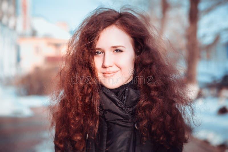 Stående av en ung kvinna på gatorna av den gamla staden royaltyfri foto