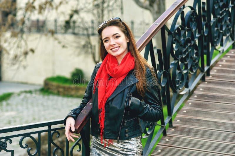 Stående av en ung kvinna på en stadsgata arkivbilder