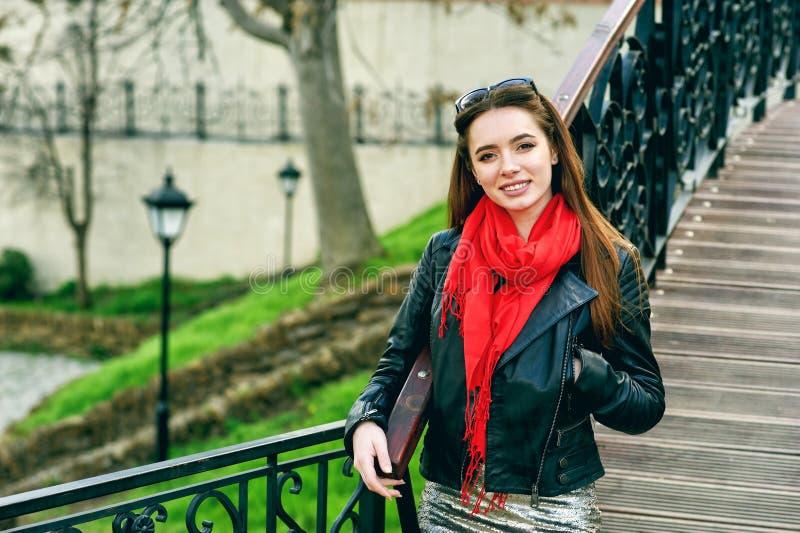 Stående av en ung kvinna på en stadsgata royaltyfri foto