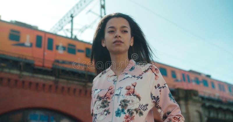 Stående av en ung kvinna som går i stadsgatorna royaltyfria bilder