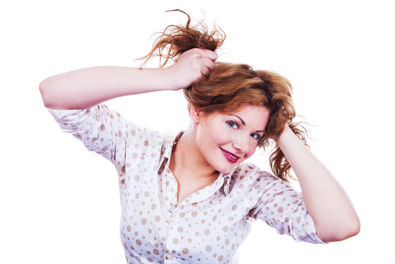 Stående av en ung kvinna som rymmer hennes hår fotografering för bildbyråer