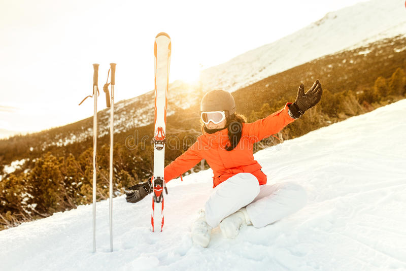 stående av en ung kvinna som tycker om bergen Lyckligt koppla av för skidåkare royaltyfria foton