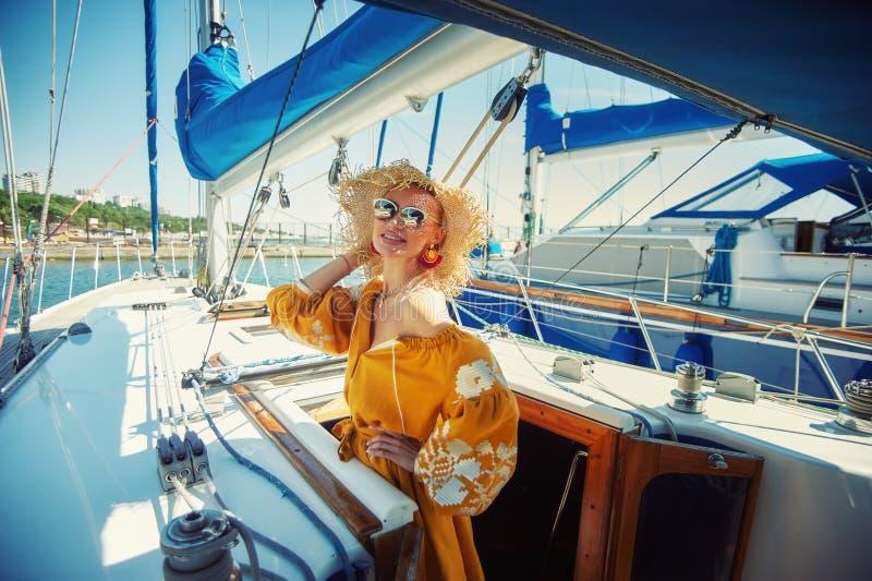 Stående av en ung kvinna som vilar på en yacht royaltyfri bild