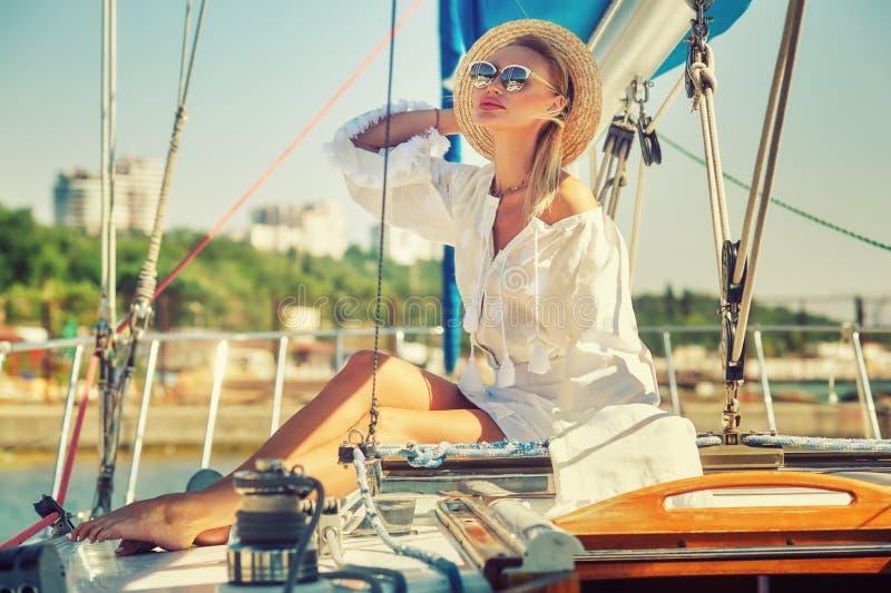 Stående av en ung kvinna som vilar på en yacht arkivbilder