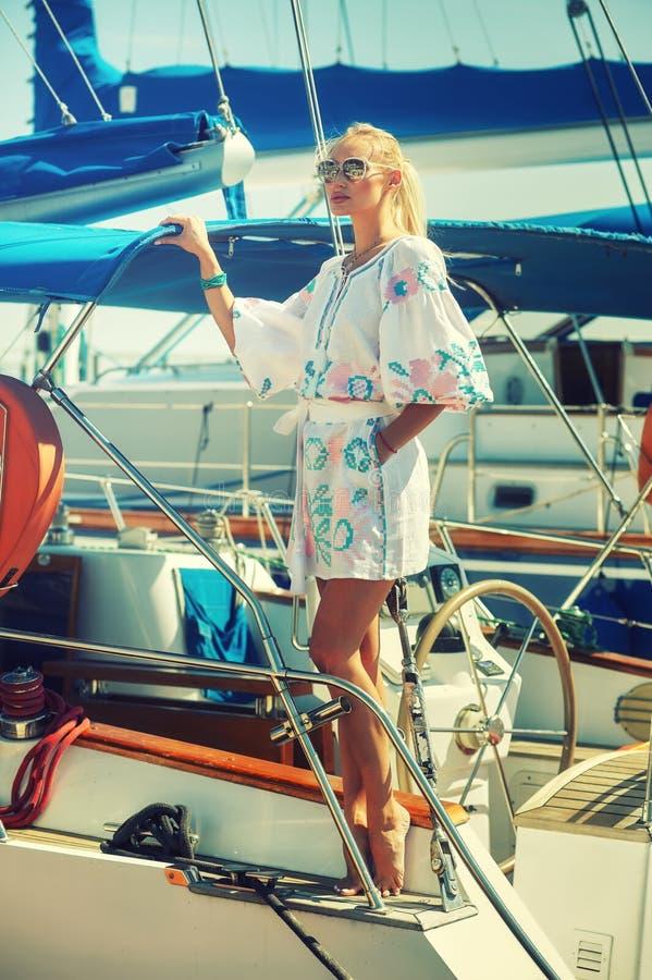 Stående av en ung kvinna som vilar på en yacht royaltyfri fotografi