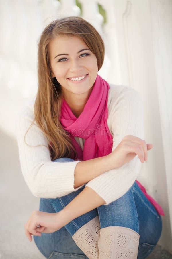 Stående av en ung kvinna utomhus i höst arkivbild