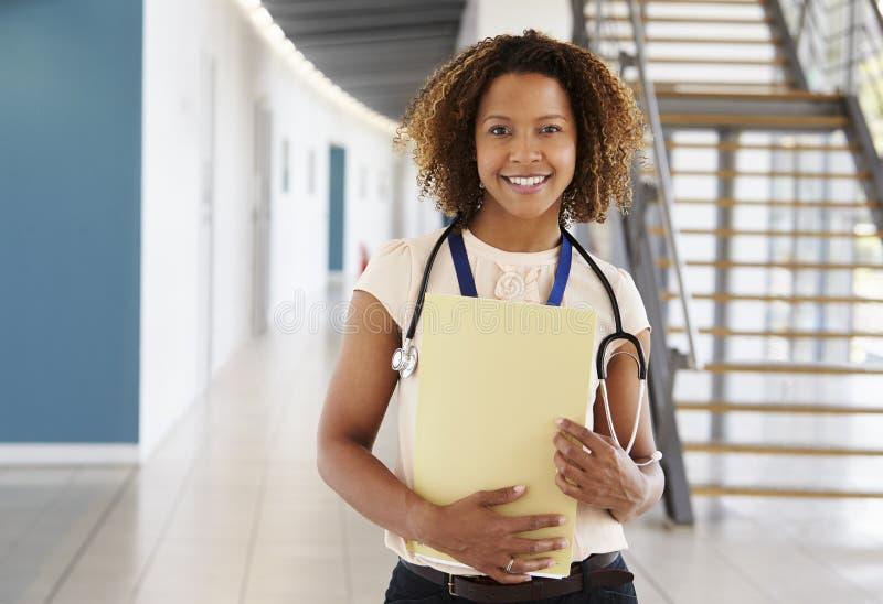 Stående av en ung kvinnlig doktor med stetoskopet och anmärkningar arkivfoto