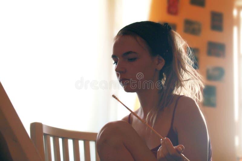 Stående av en ung kvinnlig konstnär, medan dra royaltyfri fotografi