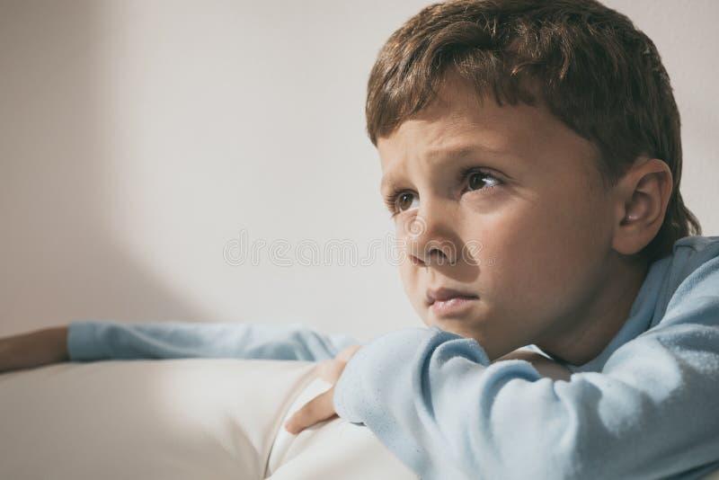 Stående av en ung ledsen pojke royaltyfria bilder