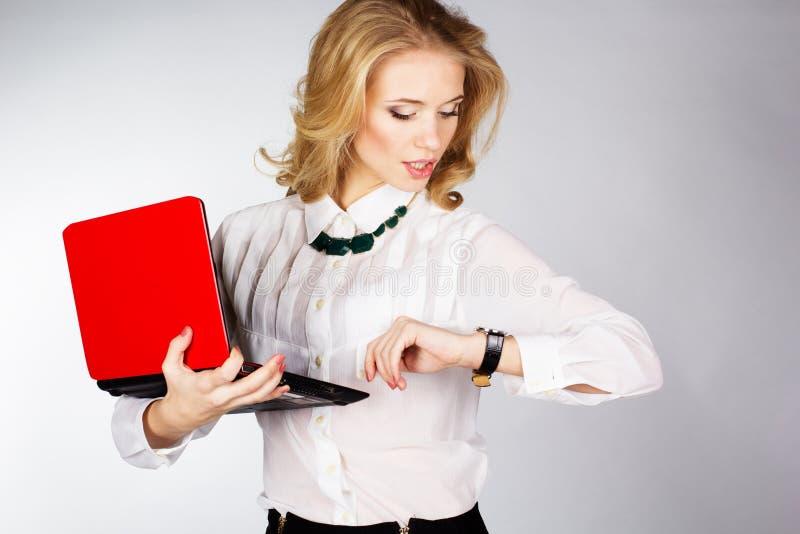 Stående av en ung lycklig affärskvinna med en bärbar dator royaltyfri bild