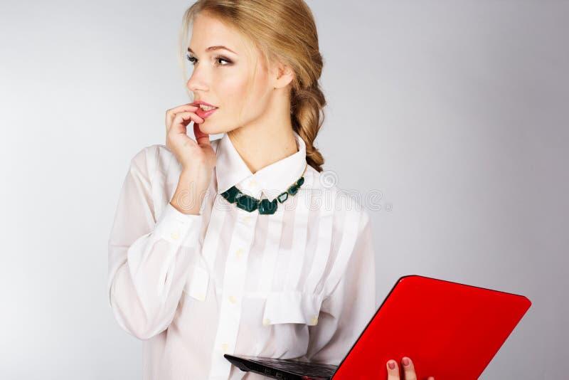 Stående av en ung lycklig affärskvinna med en bärbar dator arkivbilder